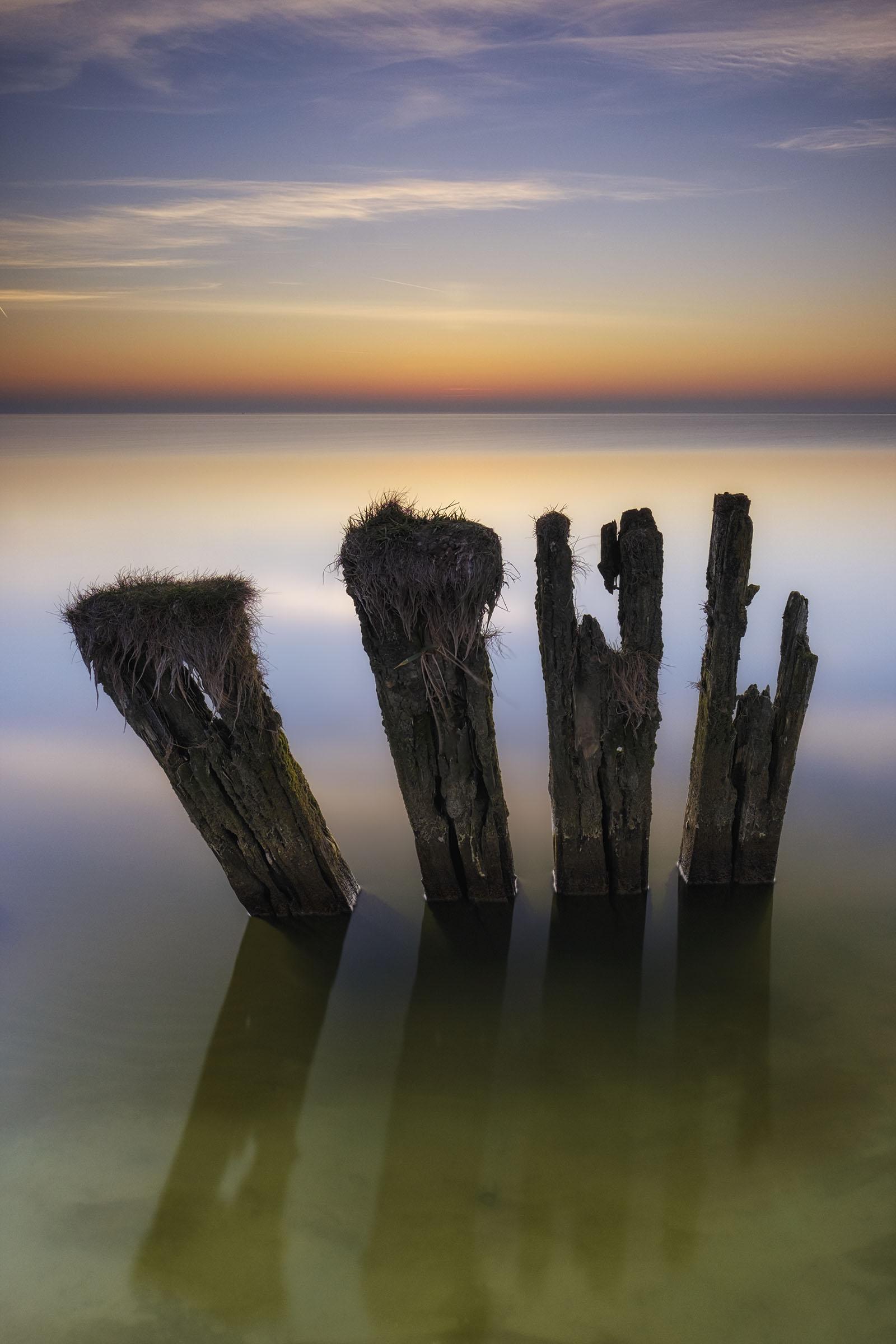Oude golfbrekers In het Ijsselmeer